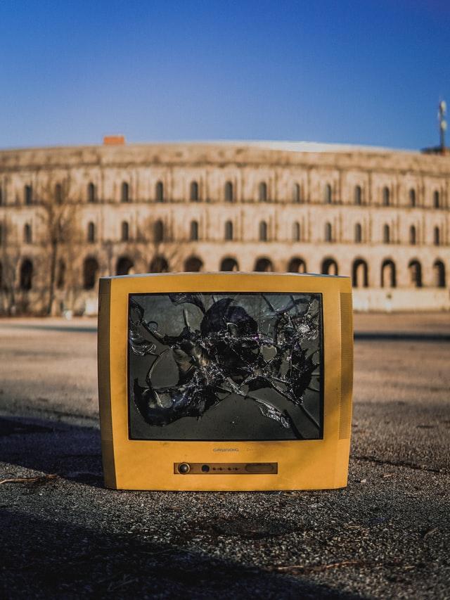 గందరగోళం విరిగిపోయిన TV